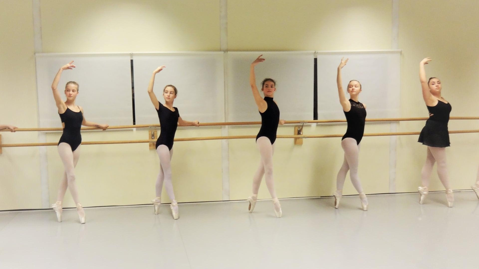 Das Ballett-Atelier Ludwigsburg bietet Ballett-Kurse für Jugendliche / Teenager an